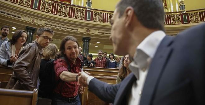 Sánchez e Iglesias liman ya su estrategia para plantar cara a Rajoy en el Congreso