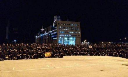 La Policía Nacional posa en el puerto tras las cargas del 1-O