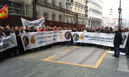 Guardias civiles y policías se manifiestan ante el Ministerio de Hacienda