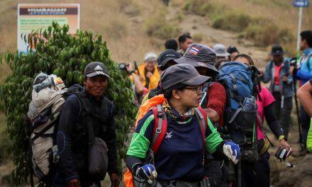 Los 689 atrapados en el volcán de Indonesia comienzan a descender