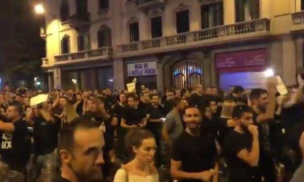 Agentes de Mossos aplauden a la Policía Nacional en Barcelona
