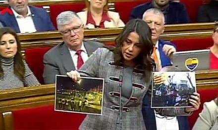 Arrimadas saca de sus casillas a Torra mostrándole fotos de la violencia del separatismo