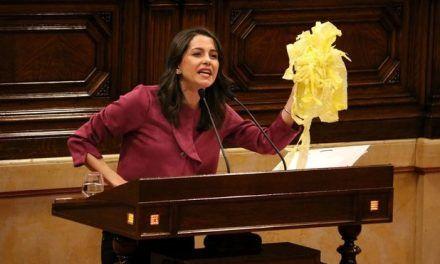 Arrimadas exhibe en el Parlament lazos amarillos que ha retirado ella misma
