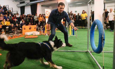 Iglesias y Rivera llevan a perros a sus actos para disputar el voto animalista de PACMA