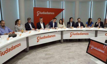 Rivera silencia a los críticos y reta a Vox: pacto a la andaluza o gobernará la izquierda