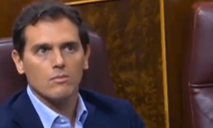 Los extraños gestos de Rivera durante la intervención de Arrimadas que se han viralizado