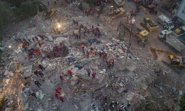 Ascienden a 26 los muertos tras el terremoto del mar Egeo, con más de 800 heridos