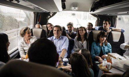 Un día de caravana con Rivera: charla en 'off', galletas y cita con «las Sorayas» en Valladolid