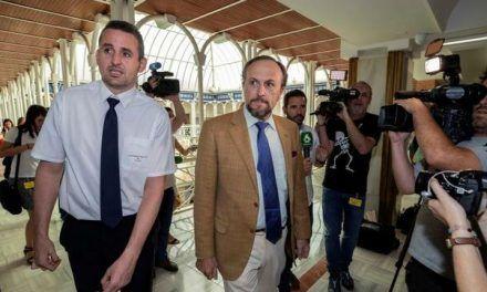 Violencia «intrafamiliar», fin del «adoctrinamiento» en las aulas y cierre de centros de 'menas': el documento de Vox para investir a López Miras en Murcia