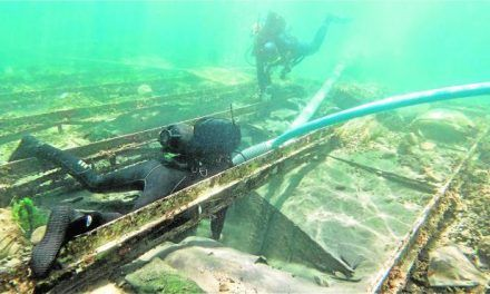 Los arqueólogos constatan el deterioro del 'sarcófago' que cubre el barco fenicio de Mazarrón