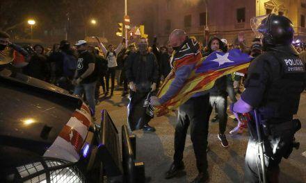 Los violentos se hacen fuertes en Barcelona y arrasan el centro en otra noche de caos