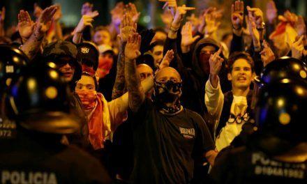 La ultraderecha irrumpe en Barcelona: 'Cara al sol' frente a los CDR y palizas con palos